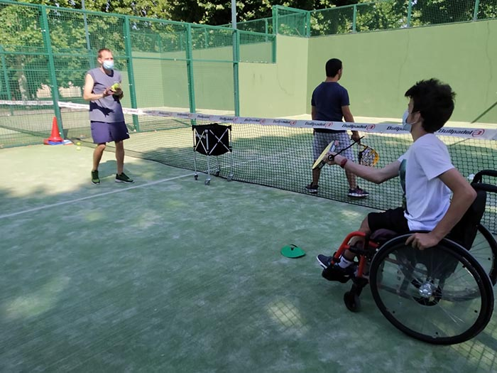 Foto de la Fundación Deporte y Desafío: actividad de tenis en DiverCamp